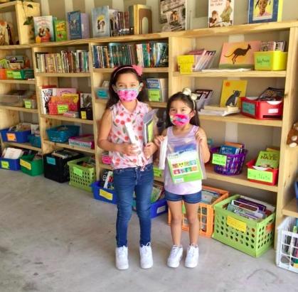 Trẻ em tỏ ra rất thích thú với thư viện nhỏ của cô Jennifer