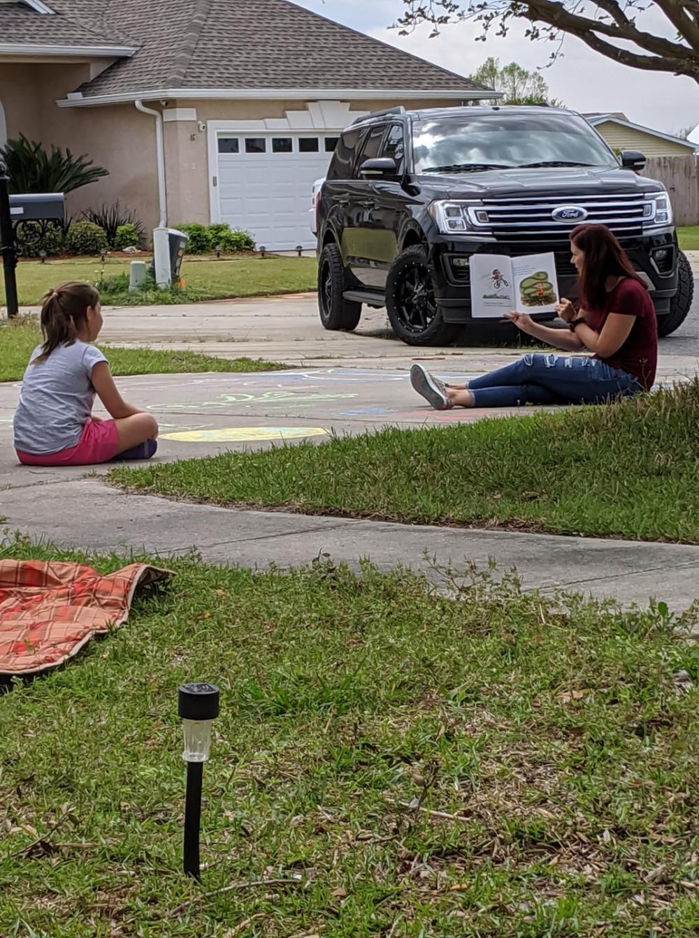 Hàng ngày, cô Katie đều lái xe đến nhà cô học trò nhỏ bị trầm cảm để hướng dẫn em vượt qua giai đoạn khó khăn này
