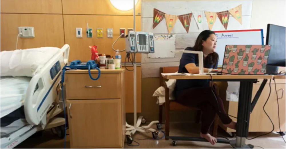 Cô Janet đang dạy học từ xa ngay từ bên trong phòng chờ sinh của bệnh viện