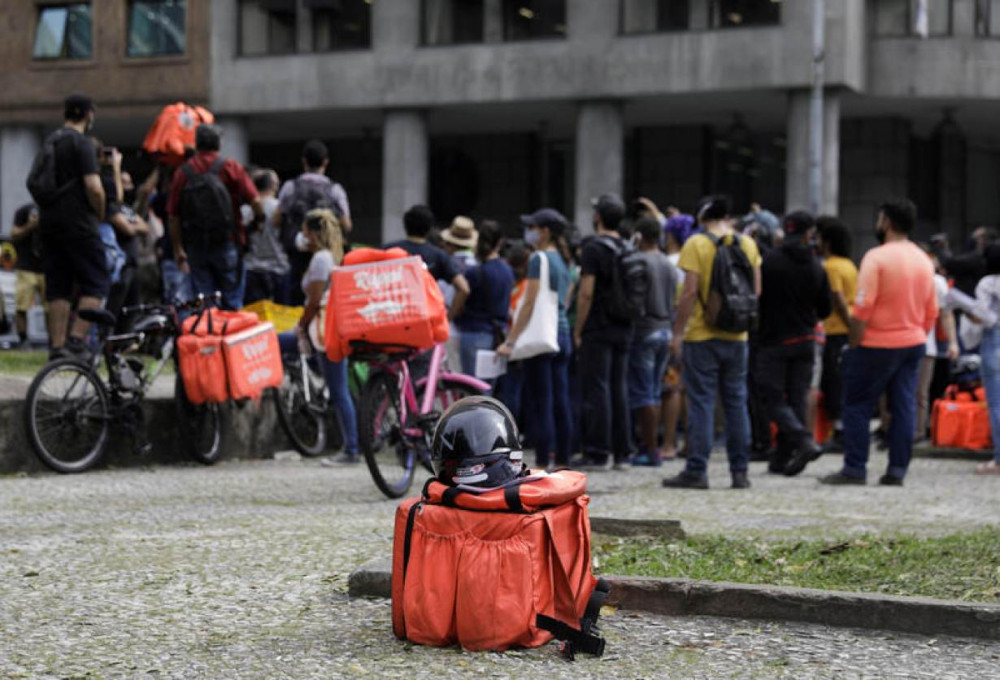 Giữa năm 2020, hơn 1000 nhân viên thời vụ làm việc cho ứng dụng giao hàng trực tuyến tại Brazil đã biểu tình đòi quyền lợi. (Ảnh: Reuters)