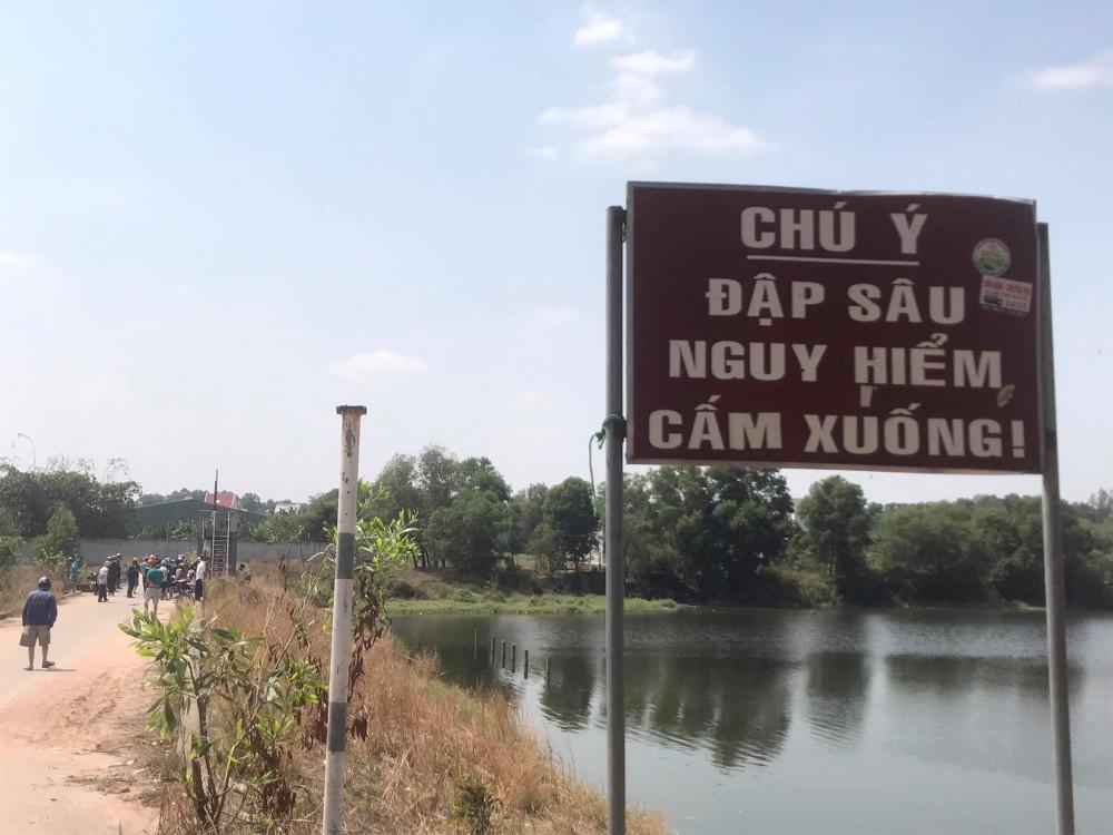 Hồ Phú Tân đã có biển cánh báo nhưng vẫn xảy ra nhiều vụ đuối nước tại đây