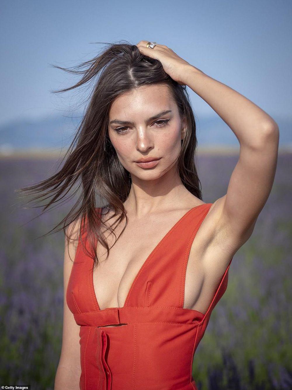 Bông hồng lai Emily Ratajkowski là người mẫu mới lên tiếng vì bị quấy rối tình dục.
