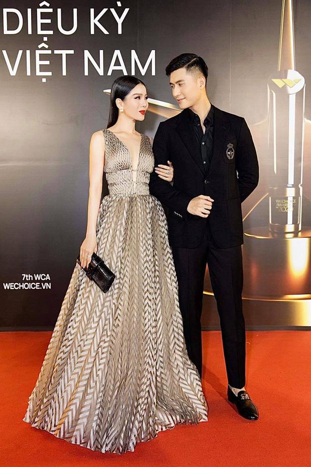 Sở hữu sắc vóc chuẩn, cặp đôi dễ dàng biến hóa với nhiều phong cách thời trang khác nhau. Mỗi lẫn xuất hiện cùng nhau, Lê Quyên và Lâm Bảo Châu đều chú ý lựa chọn trang phục có màu sắc hài hòa.