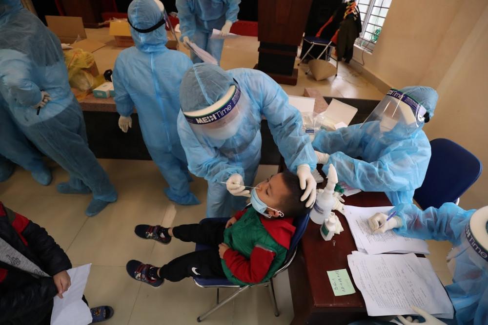 Học sinh trường tiểu học Xuân Phương (Hà Nội) xét nghiệm COVID-19