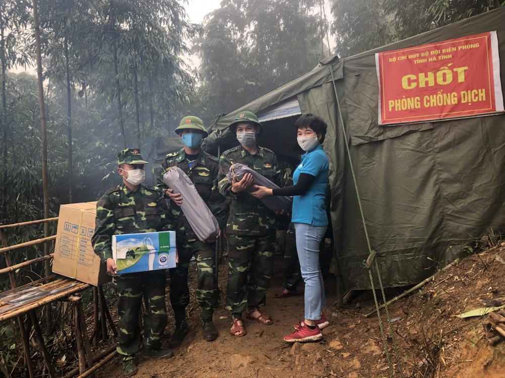 Sữa Cô Gái Hà Lan đã tặng lều ngủ và sản phẩm dinh dưỡng cho lực lượng chiến sĩ biên phòng và tình nguyện viên tại Hà Tĩnh, Quảng Trị vào tháng 4/2020. Ảnh: CGHL cung cấp