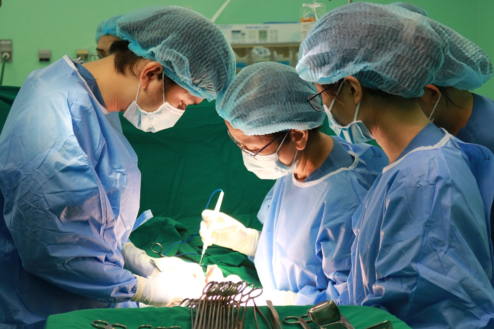 ThS BS. Lê Thị Kiều Dung và ê-kíp thực hiện phẫu thuật cho chị Q., ảnh BVCC