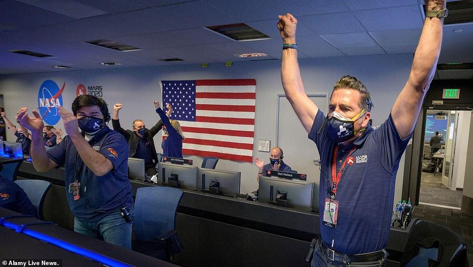 Các chuyên gia của NASA vui mừng khi tàu thám hiểm hạ cánh thành công lên bề mặt sao Hỏa hôm 18/2