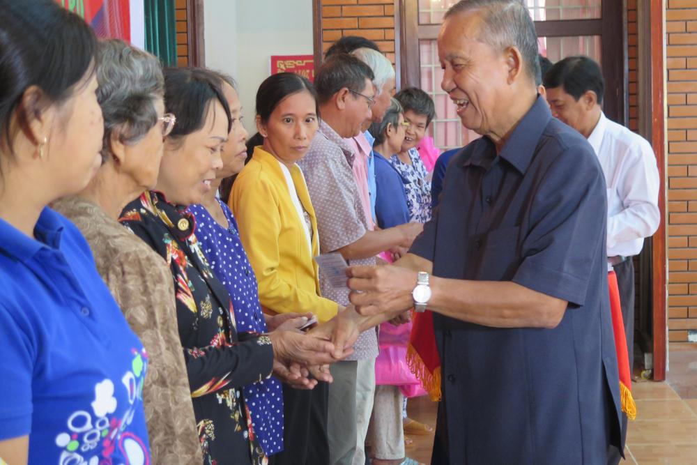 Anh Hai Nghĩa vận động nhà tài trợ mua bảo hiểm y tế cho người nghèo ở Bến Tre