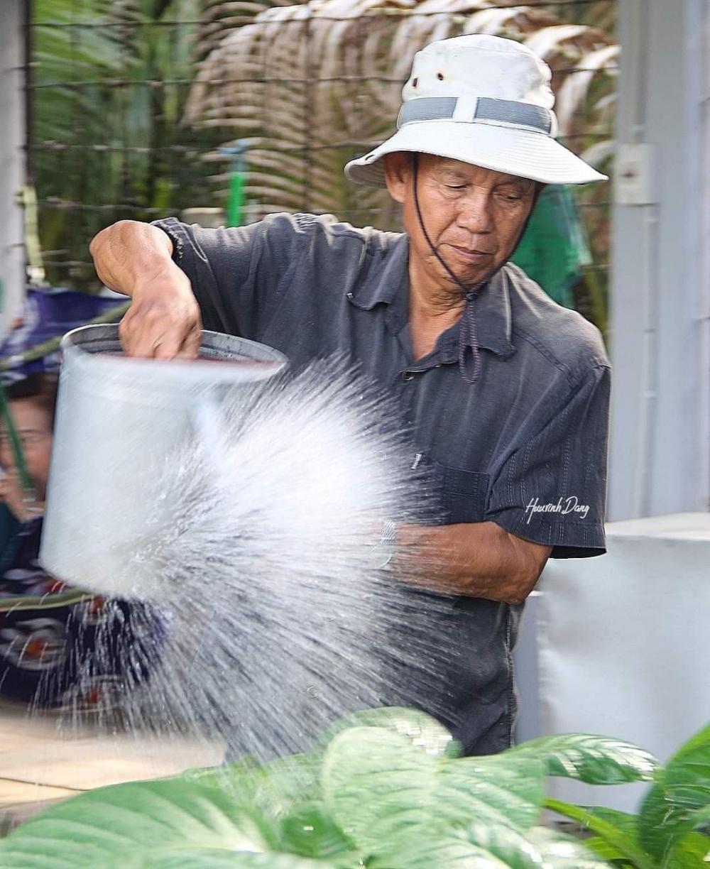 Trờ về quê nhà sau thời gian công tác, anh chăm sóc vườn tược như một nông dân chính hiệu