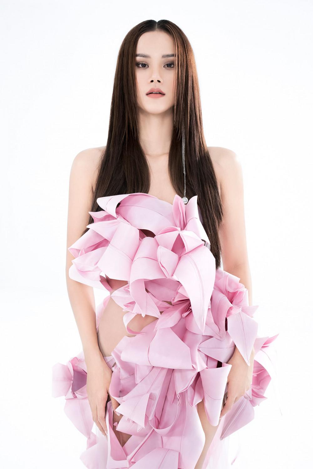 Thiết kế đầm mô phỏng hoa ly được làm bằng kỹ thuật gấp giấy origami và bằng chất liệu vải taffeta - một trong những chất liệu vải đặc trưng xuyên suốt các BST từ trước tới giờ của Trần Hùng khiến người xem ấn tượng. NTK Trần Hùng chia sẻ: Điều thú vị là chỉ có một mình nhưng Hương Ly phải thay đổi nhiều phong cách , biểu cảm và tạo dáng biến hoá để mang đến sự đa dạng , thể hiện đúng tinh thần của từng mẫu thiết kế. Cô ấy đã làm trọn vẹn. Hùng đánh giá cao điều này từ Ly