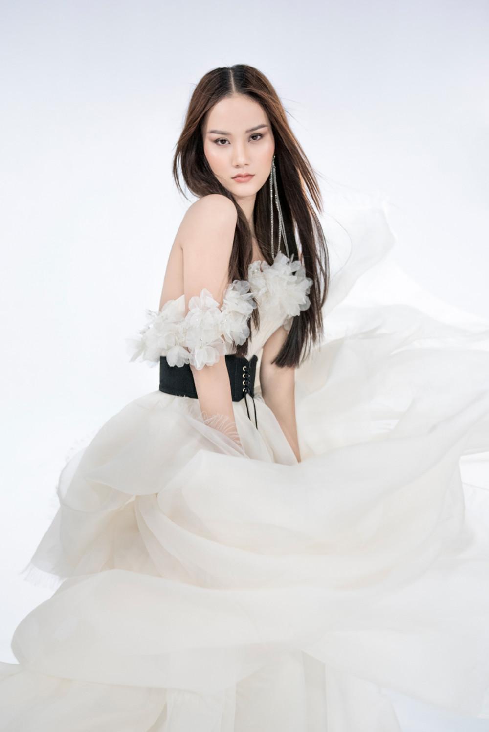 Một mẫu đầm trắng cầu kỳ, xử lý chất liệu tinh tế. La Muse là BST thứ 5 của NTK Trần Hùng được xuất hiện trên trang chủ London Fashion Week sau các BST: Feminism, Menswear, Revival, Musée D'Art.
