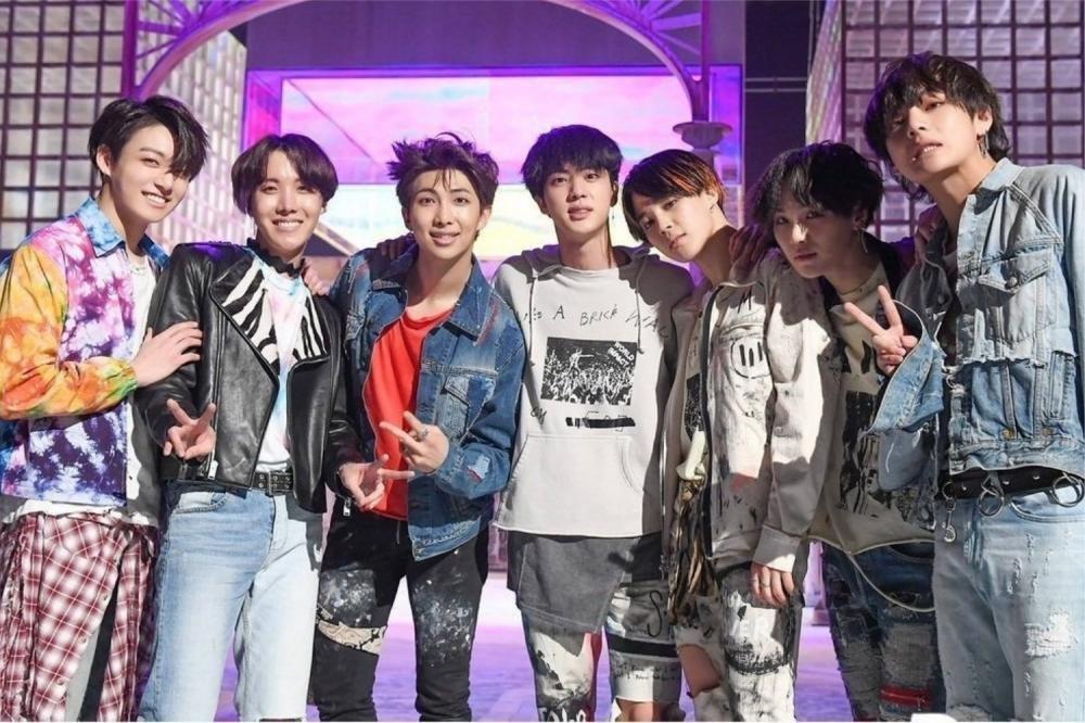 Hơn 500.0000 album tái phát hành của BTS được tiêu thụ trong vòng vài giờ.
