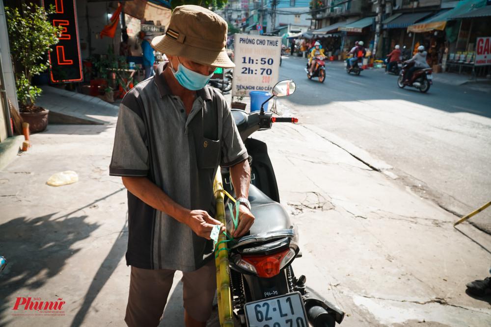 Do vắng khách, các tiểu thương chăm sóc nhiệt tình cho các vị khách cuối cùng của phiên chợ