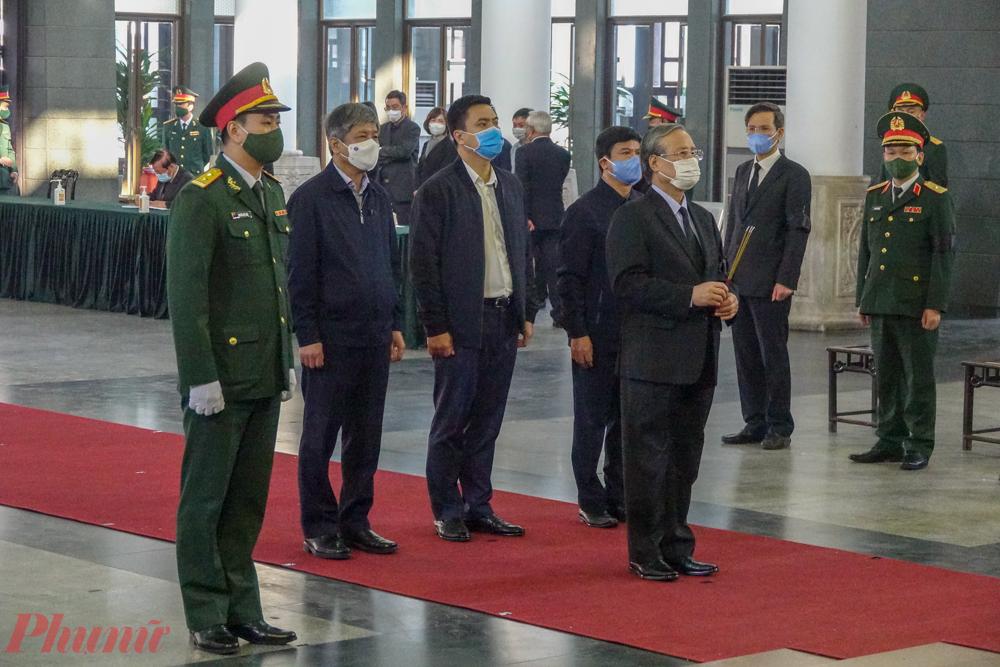 Thường trực Ban Bí thư Ban chấp hành Trung ương Đảng Trần Quốc Vượng vào viếng.