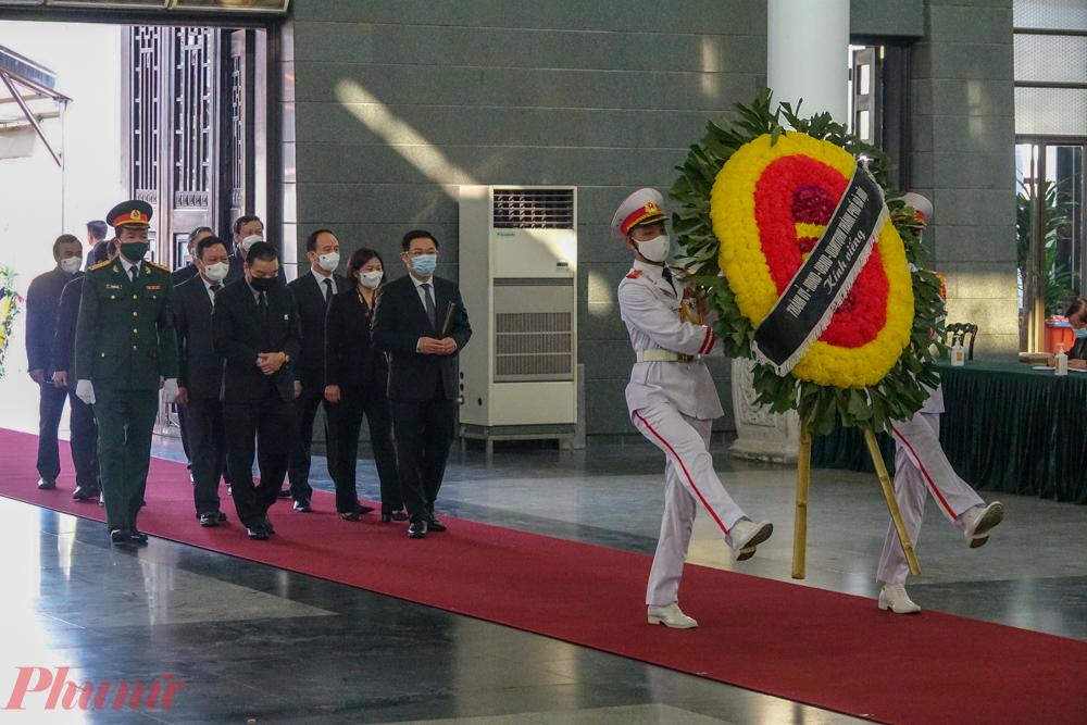 Đoàn Thành ủy - UBND - HĐND TP Hà Nội do Bí Thư Vương Đình Huệ vào viếng.