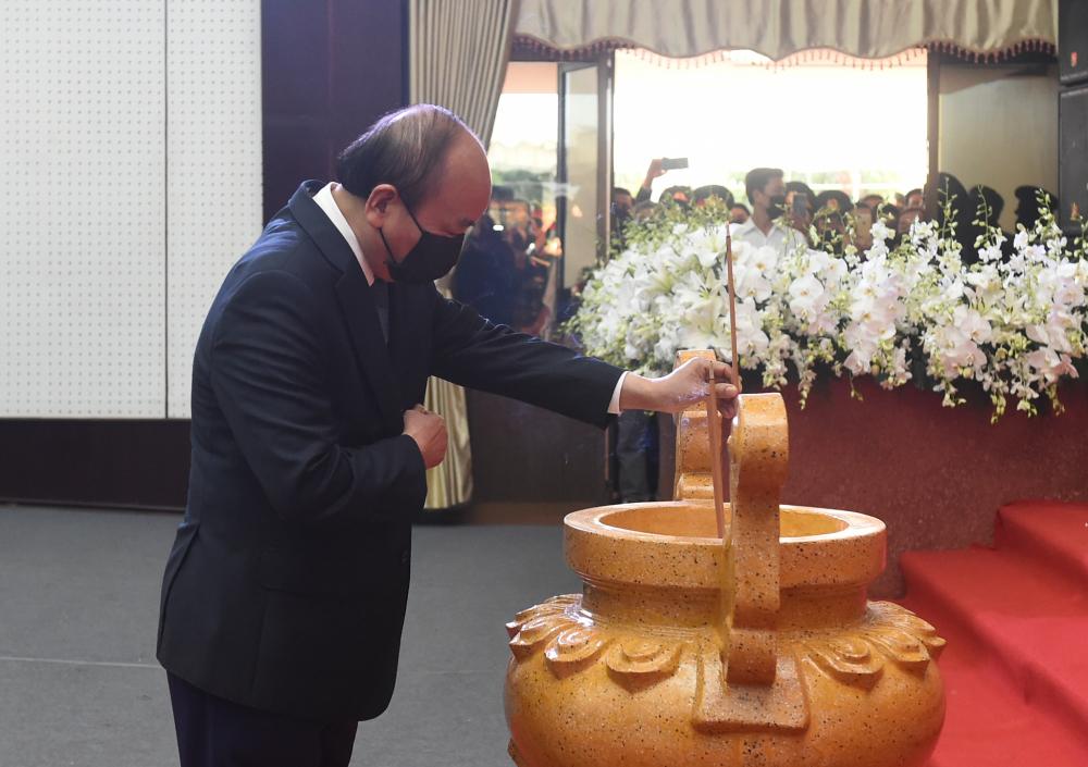 Thủ tướng Chính phủ Nguyễn Xuân Phúc tưởng nhớ đồng chí Trương Vĩnh Trọng - Ảnh: VGP