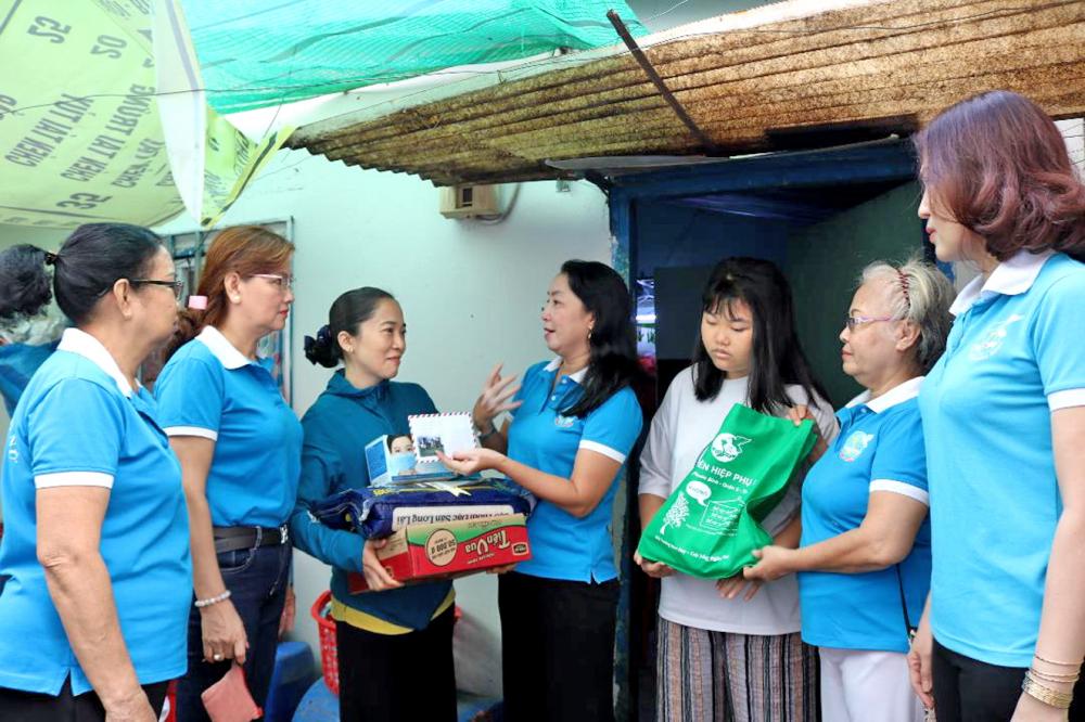 Câu lạc bộ đã đồng hành, hỗ trợ mẹ con chị Hiền (thứ ba từ trái qua) mấy năm qua