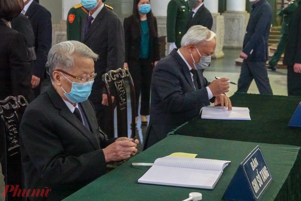 Phó Chủ tịch Quốc hội Uông Chu Lưu viết sổ tang.