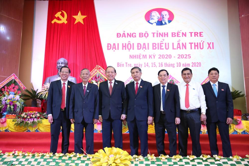 Nguyên Phó thủ tướng Trương Vĩnh Trọng (thứ hai từ trái sang) cùng Phó thủ tướng Thường trực Chính phủ Chính phủ Trương Hòa Bình (thứ ba từ trái sang) và các đại biểu tại Đại hội Đảng bộ tỉnh Bến Tre tháng 10/2020 - Ảnh: VGP