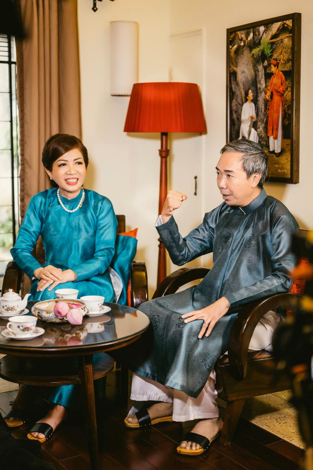 Vợ chồng anh Lê Bá Thông - chị Cao Thị Kim Dung và bộ bàn ghế cổ