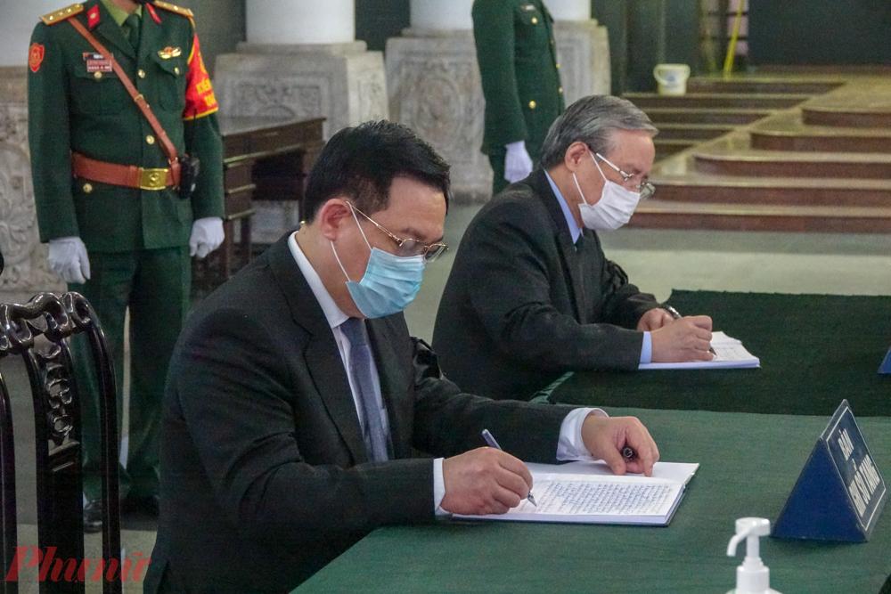 Ông Trần Quốc Vượng và ông Vương Đình Huệ ghi sổ tang tưởng nhớ nguyên Phó Thủ tướng Trương Vĩnh Trọng.