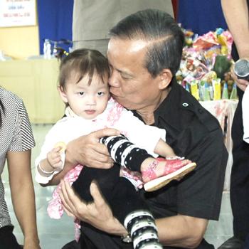 Các cháu nhỏ mồ côi, chịu thiệt thòi luôn nhận được tình thương yêu trìu mến như một người ông của Phó thủ tướng Trương Vĩnh Trọng - Ảnh: VGP