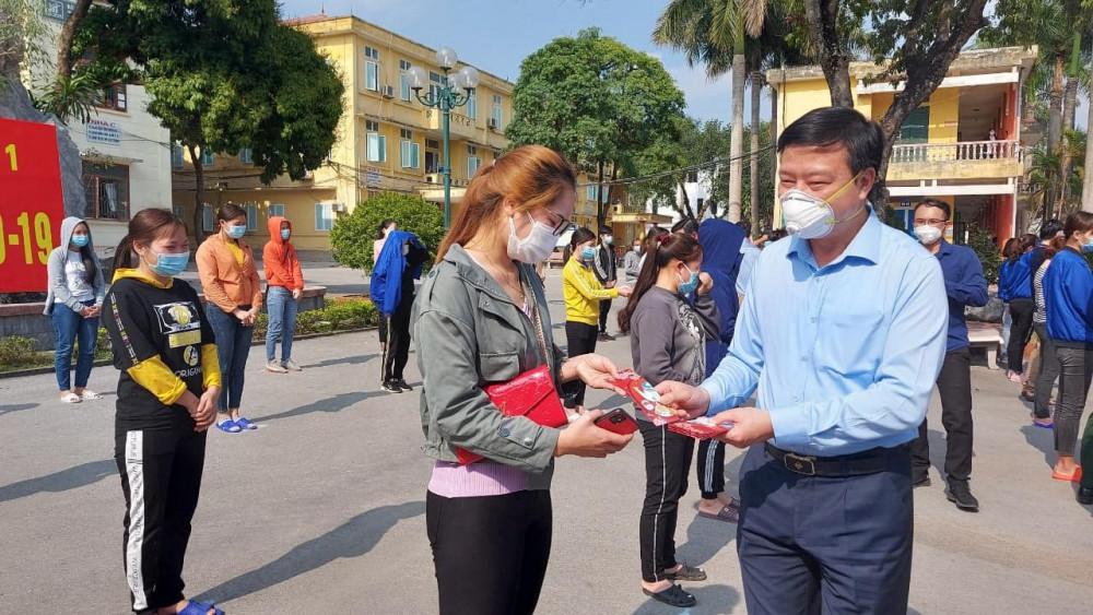 Ông Phạm Xuân Thăng tặng quà cho các bệnh nhân được công bố khỏi bệnh