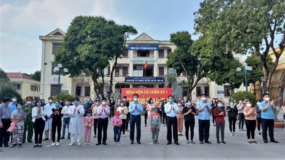 Bí thư Tỉnh ủy Hải Dương Phạm Xuân Thăng cùng đoàn công tác Bộ Y tế và các y bác sĩ tại Bệnh viện Dã chiến số 1 chúc mừng các bệnh nhân được công bố khỏi bệnh.
