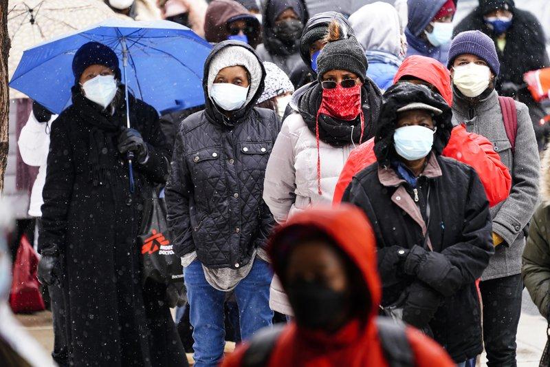 Người dân xếp hàng chờ tiêm chủng tại Trung tâm Liacouras Đại học Temple ở Philadelphia (Mỹ) - Ảnh: AP