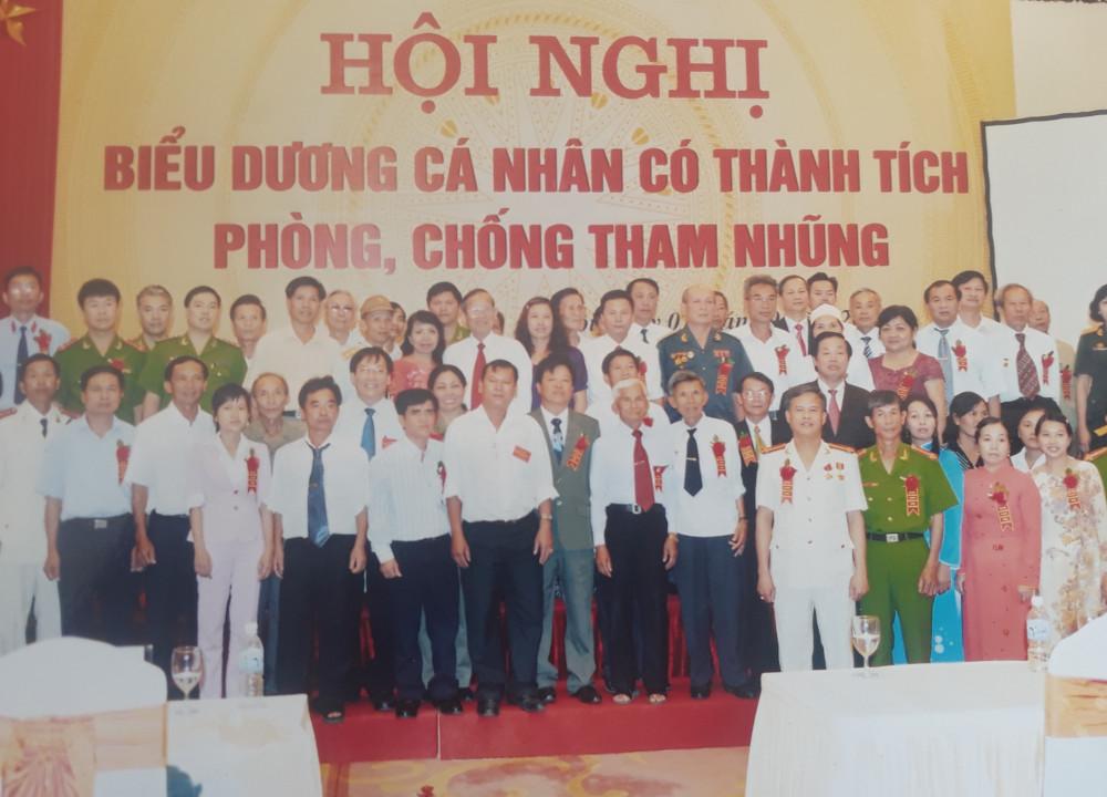 Bà Mỹ Anh (đứng thứ hai hàng đầu từ phải qua) cùng các gương tiêu biểu chống tham nhũng chụp ảnh ưu niệm cùng Phó thủ tướng Trương Vĩnh Trọng vào năm 2010
