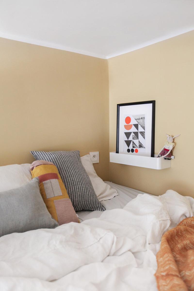 Không gian ngủ, nghỉ ngơi trở nên thiết thực và tiện dụng với ổ cắm an toàn và một kệ để tranh trang trí. Ảnh: @Polist Studio Morr.