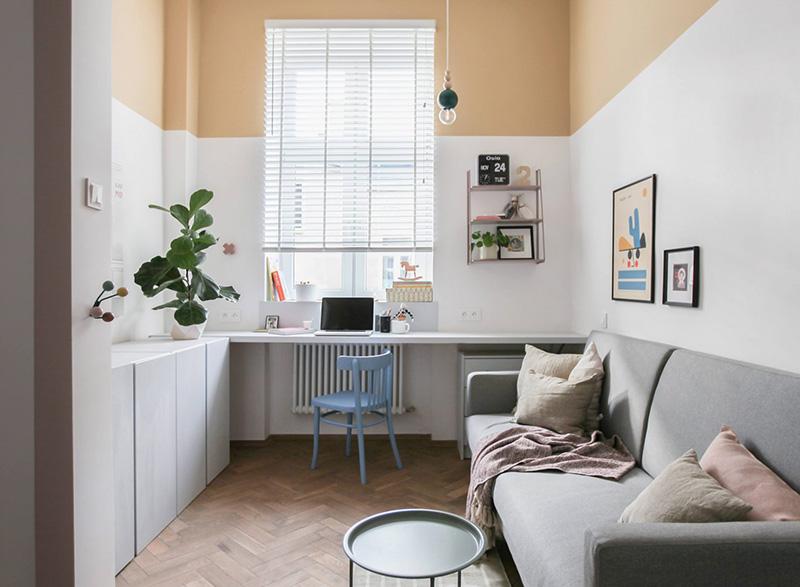 Phòng khách  có  1 cái ghế sofa, 1 cái bàn và không gian làm việc thoải mái bên bệ cửa sổ, khối màu sắc tường tương phản tạo cho căn phòng sự bắt mắt, vui tươi, tràn đầy sức sống. Ảnh: @Polist Studio Morr.