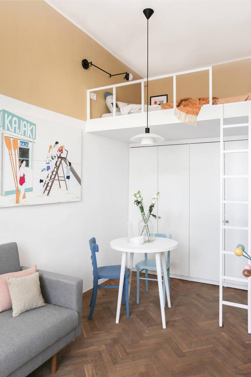 Không gian ăn uống nhỏ, đặt cạnh tủ âm tường và một phòng ngủ trên gác xép có thang lên xuống cùng với đèn trần dễ chịu. Ảnh: @Polist Studio Morr.