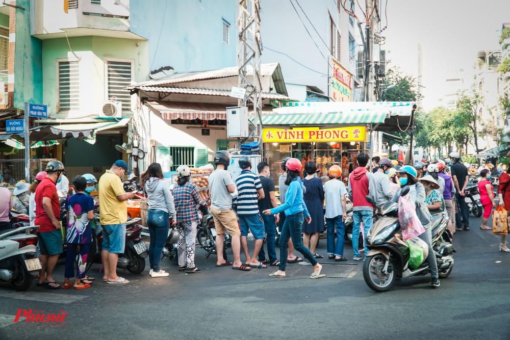 Đoàn người rồng rắn xếp hàng chờ mua heo quay