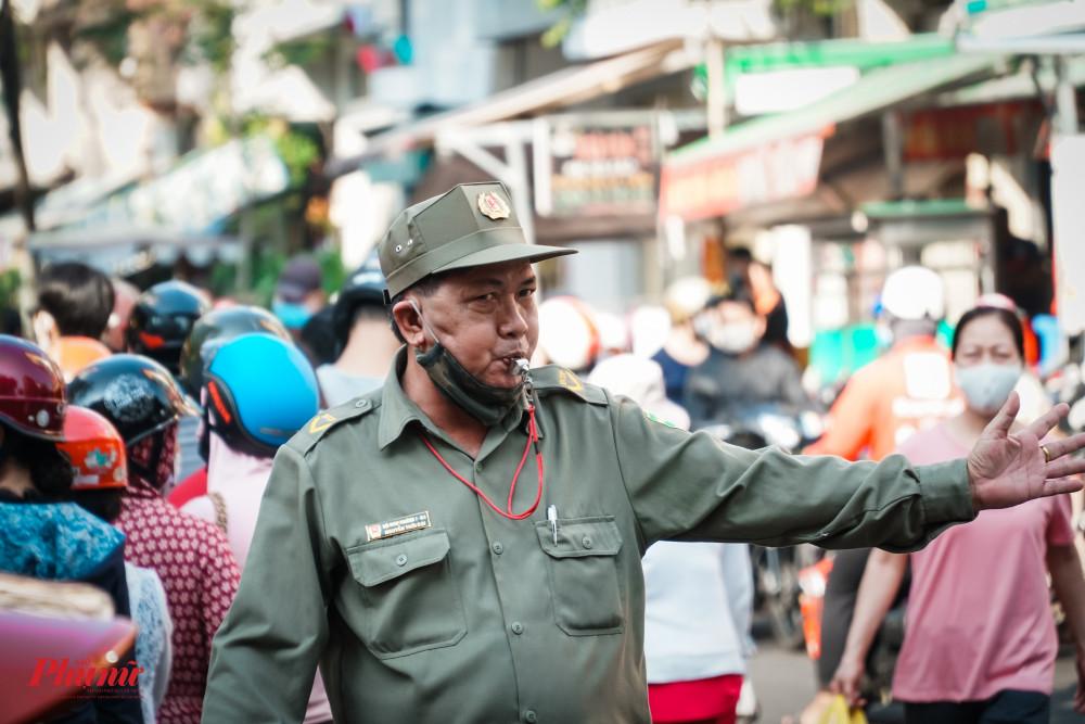Lực lượng chức năng phải căng mình điều tiết giao thông
