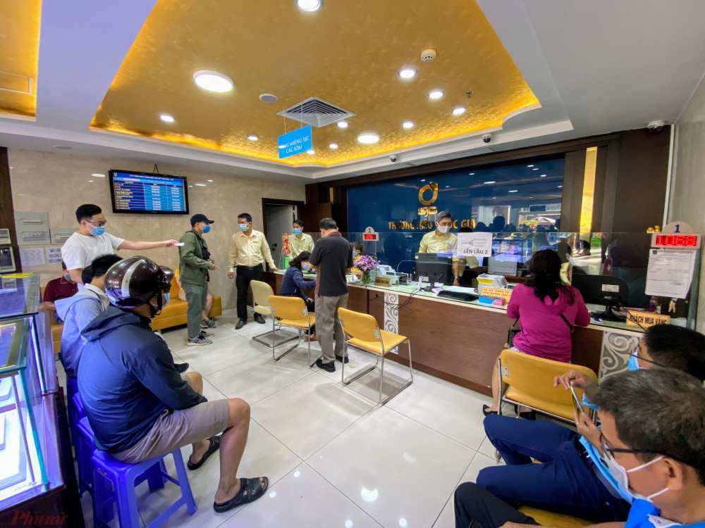Theo đại diện cửa hàng SJC tại đường Nguyễn Thị Minh Khai, năm nay do tình hình dịch COVID-19, để bảo đảm sức khoẻ cho khách, cũng như phòng dịch cửa hàng bố trí các quầy bán cách xa nhau, hoặc đổi cửa ra vào để tiện cho khách khai báo y tế khi vào bên trong mua vàng.