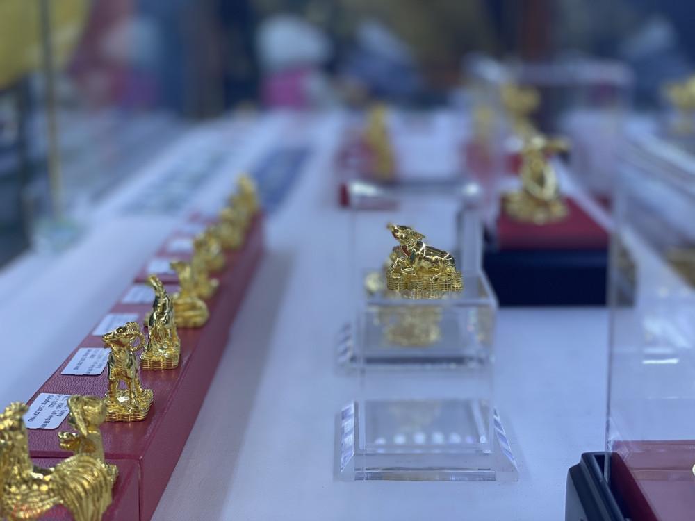 Linh vật trâu vàng được trưng bày tại cửa hàng.
