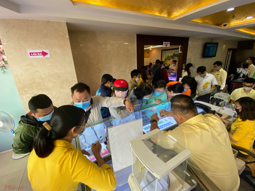 Tại cửa hàng kinh doanh vàng SJC từ 7h sáng mở cửa đã bắt đầu đông khách mua vàng cầu
