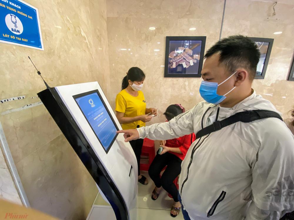 Do số lượng khách đến đông trong phiên mở cửa, cửa hàng hàng đã bố trí máy bốc số cho khách (đa phần khách cần xuất hoá đơn) sẽ bốc số chờ mua vàng.