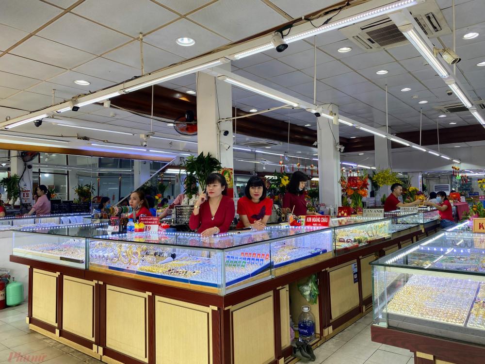 Trái ngược với các cửa hàng kinh doanh vàng lớn, một địa điểm kinh doanh vàng tập trung tại đường Lê Thánh Tôn (quận 1, TPHCM)