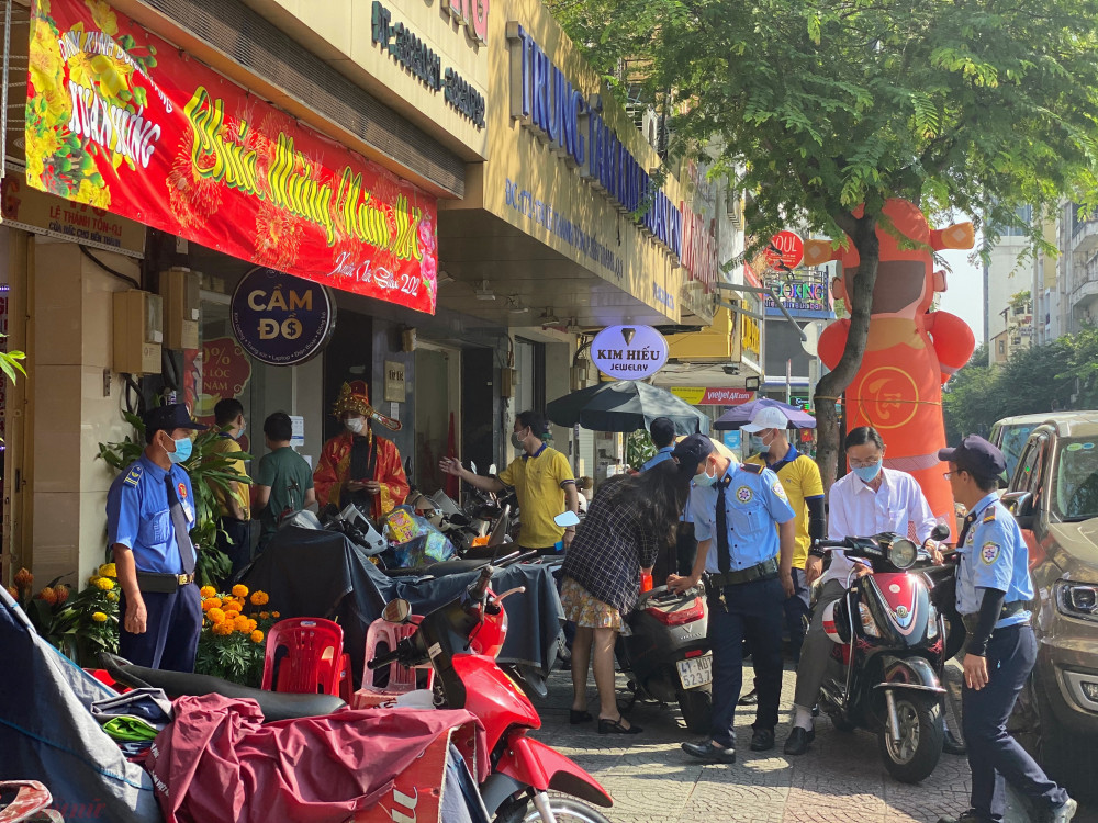 Bãi xe của cửa hàng PNJ đường Lê Thánh Tôn (quận 1, TPHCM) khá đông khách ngày vía Thần Tài.