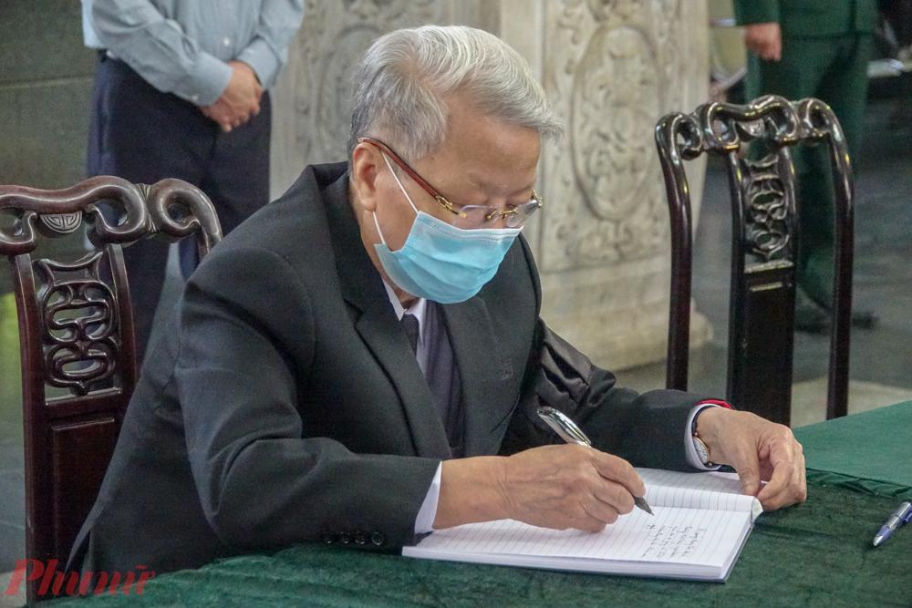 Nguyên Chủ tịch nước Trần Đức Lương ghi sổ tang.