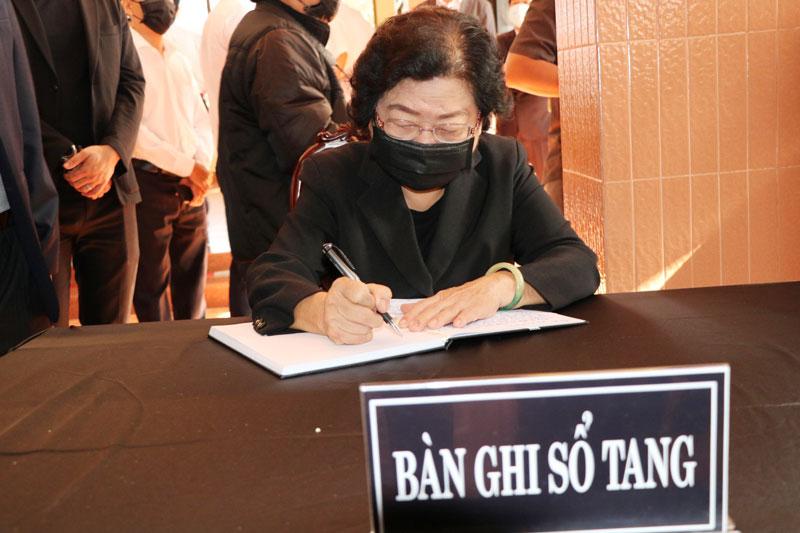 Nguyên Phó chủ tịch nước Trương Mỹ Hoa ghi vào sổ tang. Ảnh: Phan Hân
