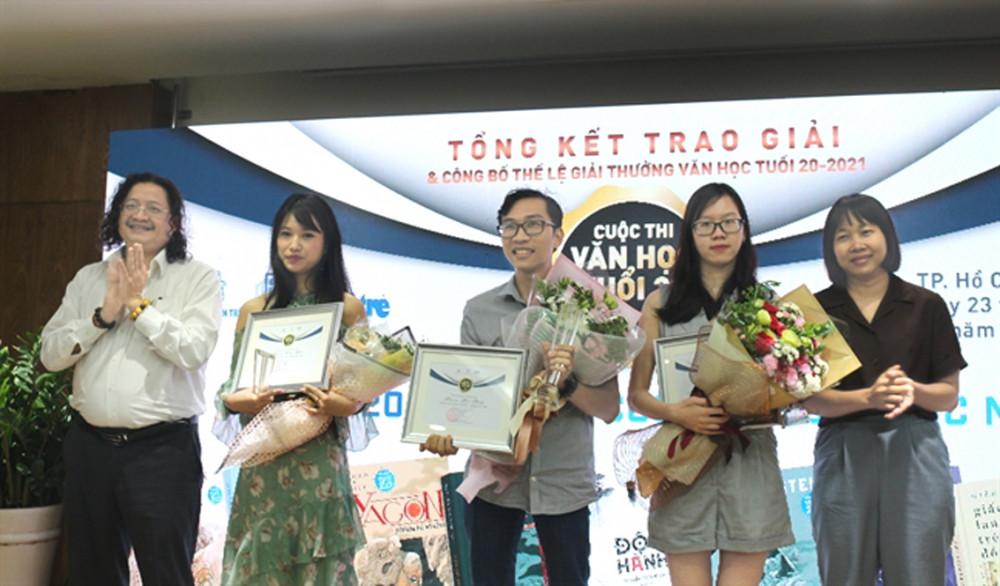 Nhà văn 9x Phạm Thu Hà, Phạm Bá Diệp và Hiền Trang (cầm bằng khen) nhận giải ba cuộc thi Văn học tuổi 20 lần thứ 6 - Ảnh: Diễm Mi