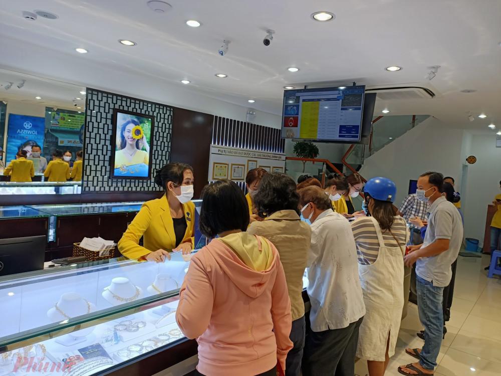 Theo đại diện PNJ, khách hàng mua vàng ngày vía Thần Tài đã đến từ rất sớm (từ lúc 6h sáng khi hệ thống này mở cửa) để né giờ cao điểm, và