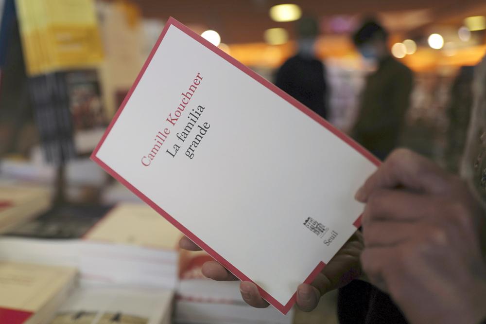 Cuốn sách La Familia Grande của Camille Kouchner bày bán trong một hiệu sách ở Paris - Ảnh: AP