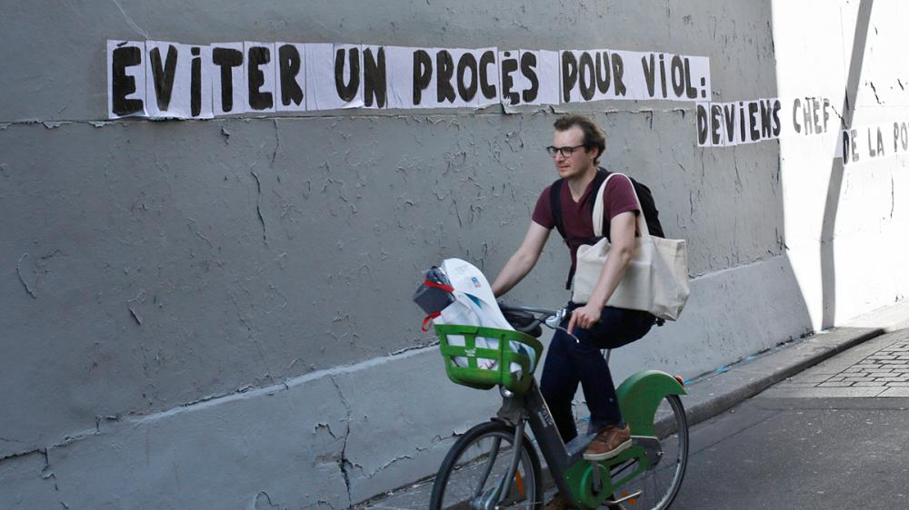 """Một khẩu hiệu dán trên tường ở thành phố Paris: """"Để tránh một phiên tòa xét xử hiếp dâm, hãy trở thành cảnh sát trưởng"""" - Ảnh: AP"""