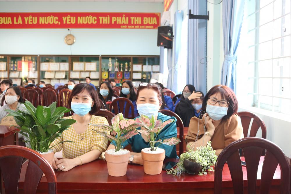Với mục đích ý nghĩa của hoạt động này, nhiều chị em ở địa phương đã mua cây ủng hộ.