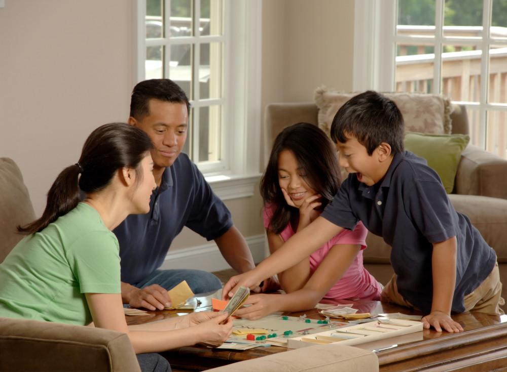 Cả gia đình đồng lòng vượt qua khó khăn mùa dịch - Ảnh minh họa