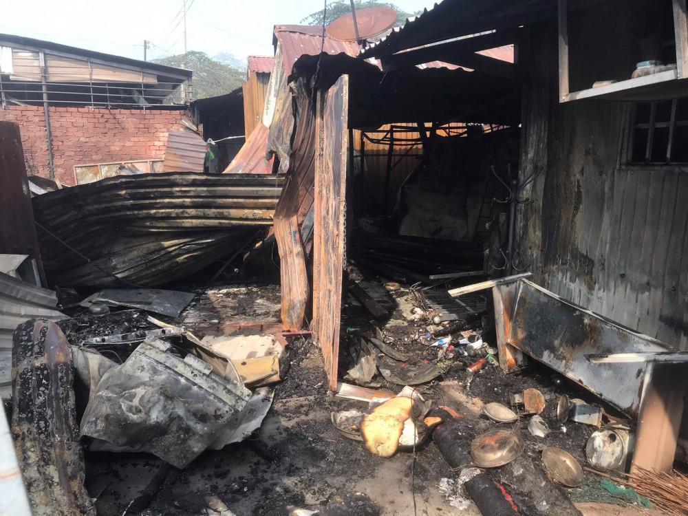 Có ít nhất 10 ki ốt và phòng trọ bị cháy rụi
